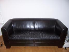 Sofa mit schwarzer Lederoptik