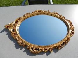 Spiegel mit goldfarbenem Rahmen