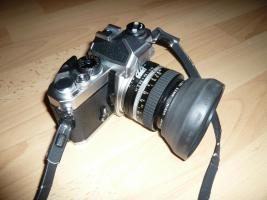 Spiegelreflexkamera Nikon FM mit Objektiv Nikon Nikkor 50 mm 1:1,4