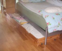 Stabile Unterbett-Kommode aus Holz 200 x 67 x 17 cm