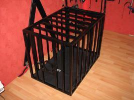 Stahlkäfig mit Kopfpranger in schwarz lackiert abschließbar für Rollenspiele BDSM Deko
