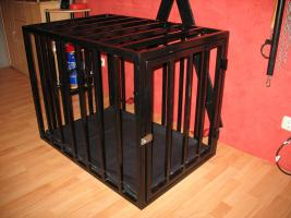 Foto 2 Stahlkäfig mit Kopfpranger in schwarz lackiert abschließbar für Rollenspiele BDSM Deko