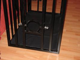 Foto 3 Stahlkäfig mit Kopfpranger in schwarz lackiert abschließbar für Rollenspiele BDSM Deko