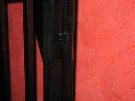 Foto 5 Stahlkäfig mit Kopfpranger in schwarz lackiert abschließbar für Rollenspiele BDSM Deko