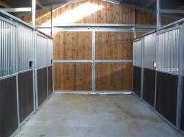 Foto 2 Stallanlage geschlossen mit Innenboxen u. Heulager