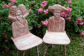 Stühle mit Elsässer-Tracht-Motiv