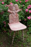 Foto 2 Stühle mit Elsässer-Tracht-Motiv