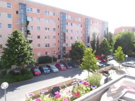 Foto 3 Suche Nachmieter für gepflegte, lichtdurchflutete, zentralgelegene 4-Zimmer-Wohnung mit Balkon in Berlin-Hellersdorf (frei ab 01.02.2014), als 2er-WG geeignet!