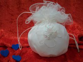 ***Täschchen für die Braut in weiss- aus Satin und Tüll- mit Blütenbesatz***