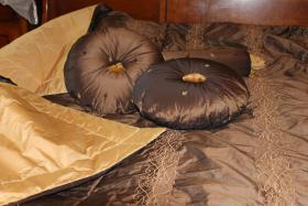 Tagesdecke mit 2 runden Kissen und Nackenrolle von Jab