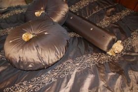 Foto 2 Tagesdecke mit 2 runden Kissen und Nackenrolle von Jab