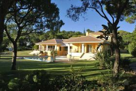 This elegant and modern looking villa located near Faro/Portugal