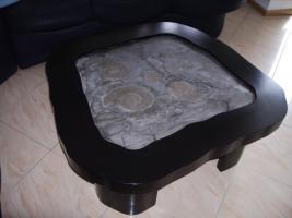 Tisch mit Ammoniten