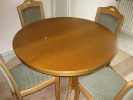 Tisch, Stühle, Teppich, Briefkasten