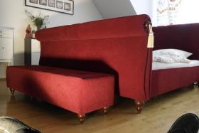 Foto 3 Tolles Ehe-Doppel- Bett 2 x 80 cm x 200 cm weinroter Stoff mit Fußbank wie NEU