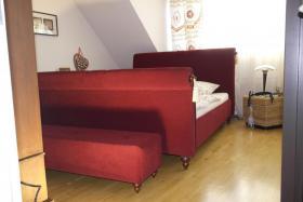 Foto 8 Tolles Ehe-Doppel- Bett 2 x 80 cm x 200 cm weinroter Stoff mit Fußbank wie NEU