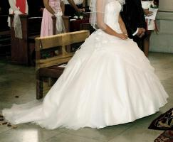 Traumhaftes Brautkleid in schneewei�