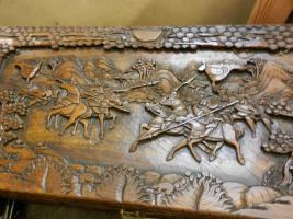 Truhe aus Holz mit wünderschöner Schnitzerei