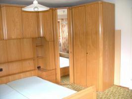 Foto 2 Überbau Schlafzimmer mit Lattenrost und Matratze