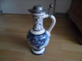 Ulmer-Keramikkanne;blau dekoriert, man kann vier Personen sehen;heil, nur der Deckel ist ein Problem