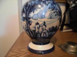 Foto 3 Ulmer-Keramikkanne;blau dekoriert, man kann vier Personen sehen;heil, nur der Deckel ist ein Problem