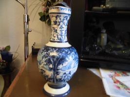 Foto 11 Ulmer-Keramikkanne;blau dekoriert, man kann vier Personen sehen;heil, nur der Deckel ist ein Problem