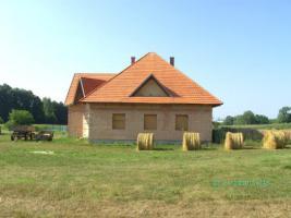 Ungarn-N�he Marcali: Rohbau mit Dach auf sch�nem Grundst�ck
