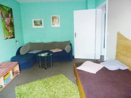 Fernsehzimmer mit Einzelbett und Ecksofa