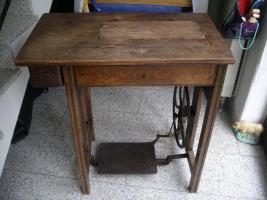 Foto 2 Uralte Nähmaschine aus Omas Zeiten ( ca. 1925-1930)