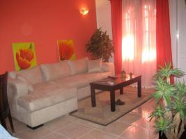 helles Wohnzimmer mit anschließender Terrasse