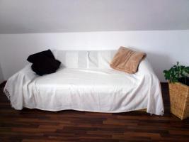 Verkaufe gemütliches Bett (Buche Dekor) mit hochwertiger, gepflegter Matratze sowie integriertem Bettkasten. Beschreibung der Matratze: Komfort-Federkern-Bandscheiben-Matratze, mit Federkern verstärkt, Schafsschurwoll-Versteppung (Anti-Rheuma-Effekt), bra