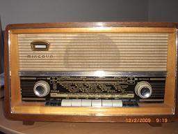 Verschieden alte Radiogeräte