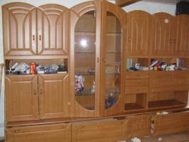 Verzierter Wohnzimmerschrank mit Glasvitrine
