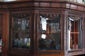 Foto 4 Verzierter Wohnzimmerschrank um1900