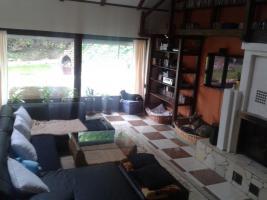 Wohnzimmer Mit Couch Und Blick Auf Die Terasse