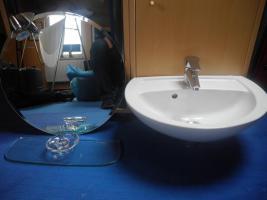 Waschbecken für Gäste-WC mit Mischbatterie, Spiegel u. Ablage
