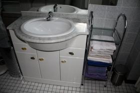 Foto 3 Waschplatz hochglanz weiß, 3 türig , 2 Schubladen mit Halogenbeleuchtung, Steckdose, Waschbecken