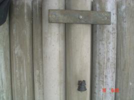 Foto 3 Weidepfähle mit 6 eingegossenen 8er Dübeln
