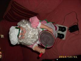 Foto 2 Weihnachtsmann, der Kuchen rührt und Kopf bewegt