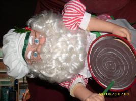 Foto 3 Weihnachtsmann, der Kuchen rührt und Kopf bewegt