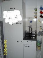 Weiße Anbauküche mit dunkel grauer Arbeitsplatte