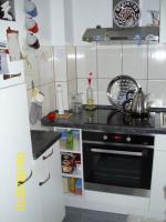 Foto 2 Weiße Anbauküche mit dunkel grauer Arbeitsplatte
