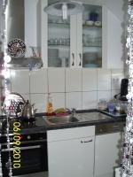 Foto 3 Weiße Anbauküche mit dunkel grauer Arbeitsplatte