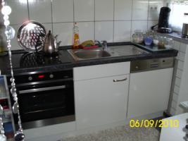 Foto 4 Weiße Anbauküche mit dunkel grauer Arbeitsplatte