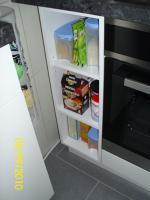 Foto 11 Weiße Anbauküche mit dunkel grauer Arbeitsplatte