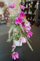 Weiße Vase mit pink farbenen Blumen
