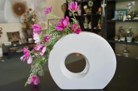 wei e vase mit pink farbenen blumen in leipzig dekoration. Black Bedroom Furniture Sets. Home Design Ideas