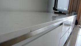 Foto 2 Weisses Sideboard, im exklusiven Minotti Design, Stahlrahmen, Marmor