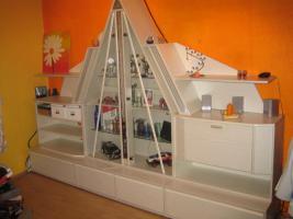 Wohnwand Schrankwand mit Glas-Pyramide beleuchtet weiß
