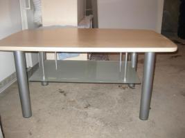Wohnwand mit Tisch